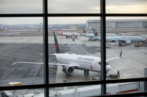 Tertidur, Penumpang Air Canada Terkunci di Pesawat