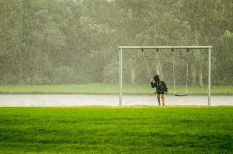 Agar Anak Tak Bosan Menunggu Hujan Reda
