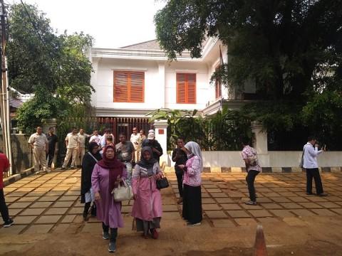 Pendukung Mengerumuni Rumah Prabowo di Kertanegara