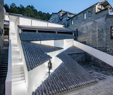 Tampil Beda, Atap dan Dinding Hotel Ini Pakai Genting