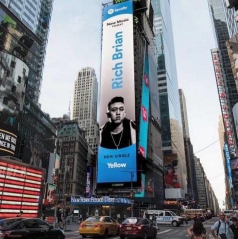 Rich Brian Kembali Tampil di Times Square New York
