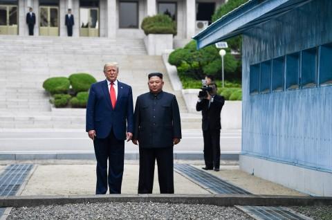 Bertemu di DMZ, Trump dan Kim Mengobrol Santai