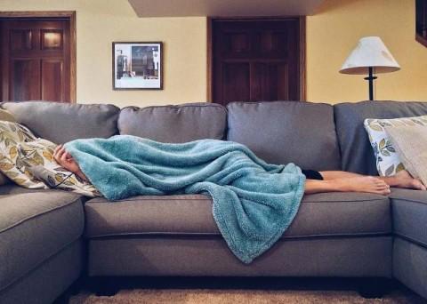 Untung Rugi Tertidur dengan Televisi Menyala