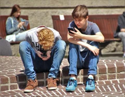 Pertimbangkan Lima Hal sebelum Belikan Anak Ponsel