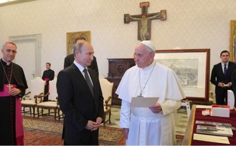 Pertemuan Hangat Antara Paus Fransiskus dan Vladimir Putin