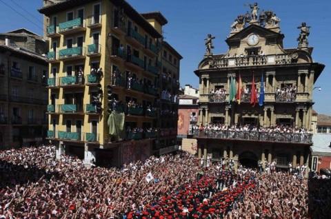 Ribuan Orang Rayakan Dimulainya Festival Banteng Pamplona