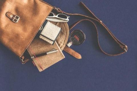 12 Benda yang Sebaiknya Tidak Disimpan dalam Tas Tangan