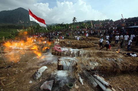 Merawat Tradisi Adu Kuluwung