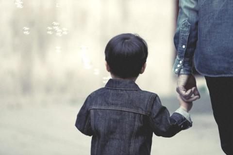 4 Cara Menghibur Anak yang Murung tanpa Bicara