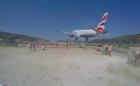 Pesawat British Airways Mendarat Dekat Kerumunan Turis