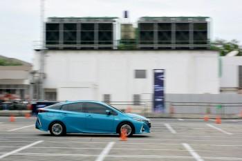 Merasakan Jambakan Performa Toyota Prius PHEV
