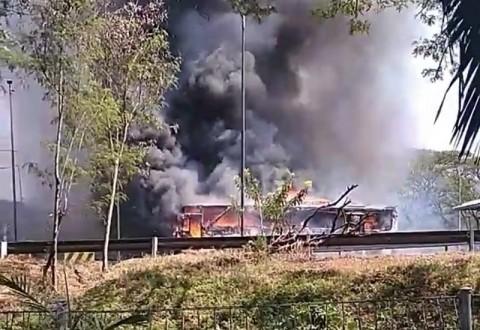 Bus Surabaya-Banyuwangi Terbakar di Tol Sidoarjo