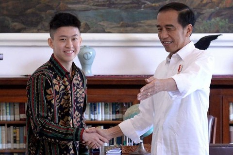 Presiden Jokowi Mendengarkan Singel Terbaru Rich Brian, Kids