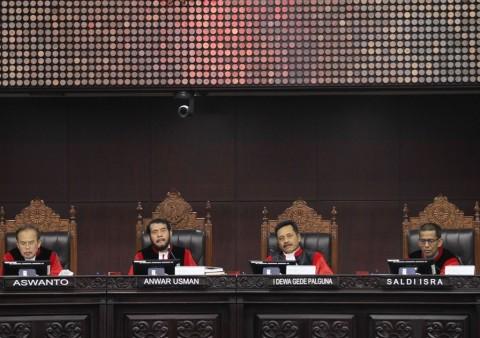 Para hakim MK Larang Kesaksian Konon Kabarnya