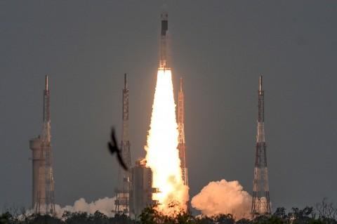 India Sukses Luncurkan Roket ke Bulan