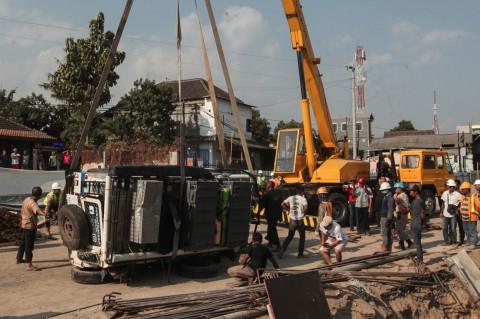Dua Mobil Terguling di Proyek Underpass Kentungan Yogyakarta