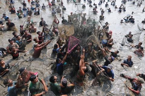 Serunya Tradisi Memet Ikan di Klaten