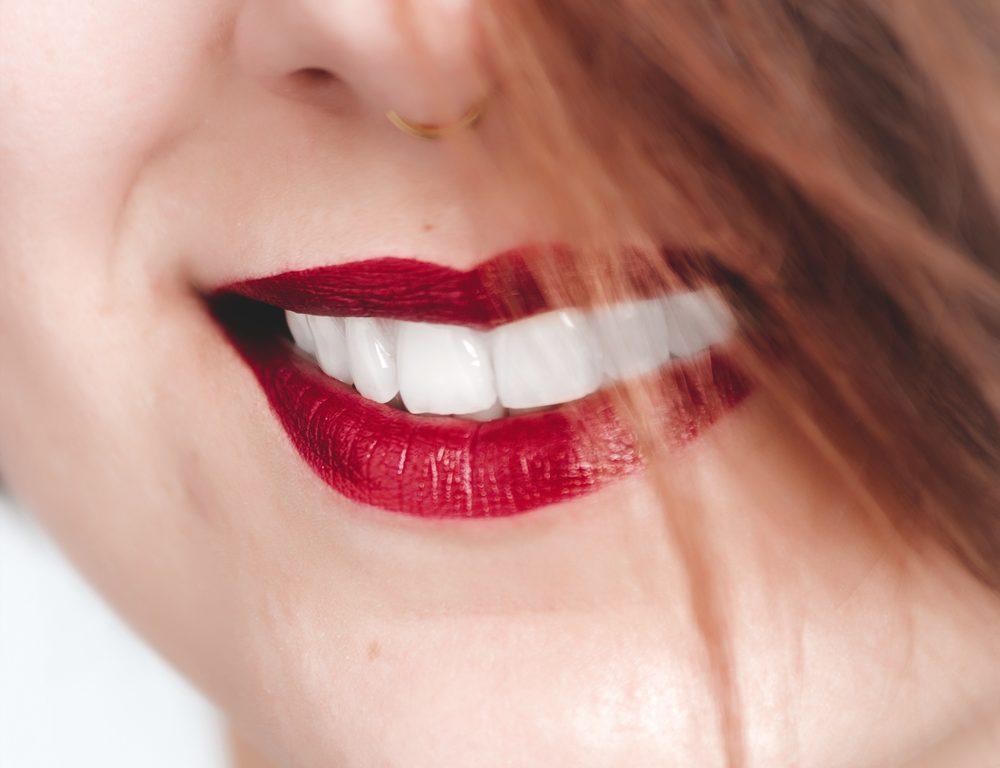 Metode pemutihan dengan arang aktif berpotensi kerusakan yang dapat dilakukan zat kasar dan berpasir pada gigi juga gusi Anda. (Foto: Oleg Magini/Pexels)