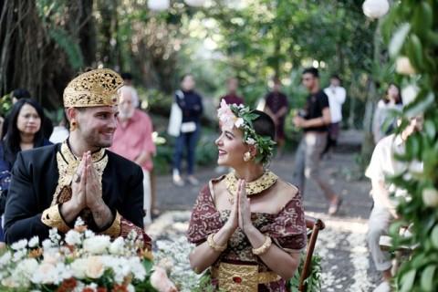 Sensasi Menikah dengan Adat Bali di Alam Terbuka