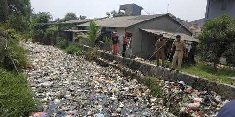 Kali Busa Tertutup Sampah Sepanjang 1,5 Kilometer