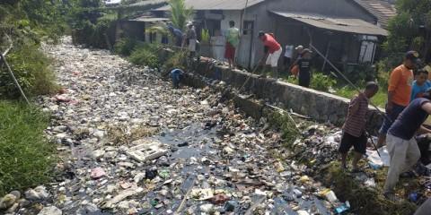 Satgas Citarum Harum Bekasi Bantu Bersihkan Kali Busa