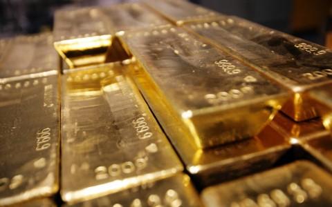 Tertekan USD, Harga Emas Berjangka Turun