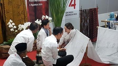 Momen Jokowi dan Iriana Membatik di Stasiun MRT