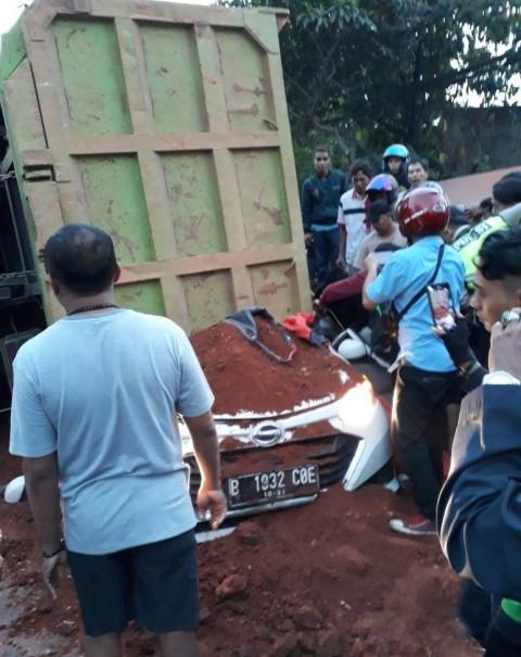 Truk Tanah di Tangerang Timpa Mobil, Empat Meninggal
