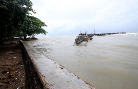 Warga Sekitar Pantai Carita Dievakuasi
