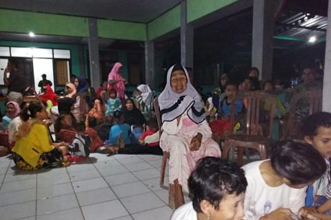 Warga Pesisir Mengungsi Pascagempa Banten