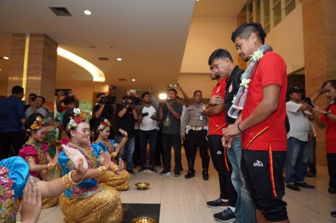 Tiba di Makassar, Penggawa Persija Disambut Tarian Tradisional