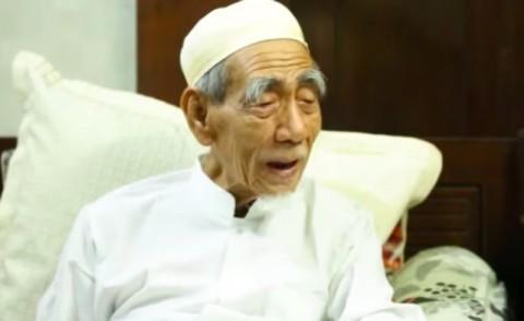 Menlu Komunikasikan Keperluan Pemakaman Kiai Maimoen Zubair