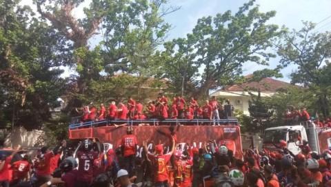 Ribuan Suporter Ikut Pawai Juara PSM Makassar