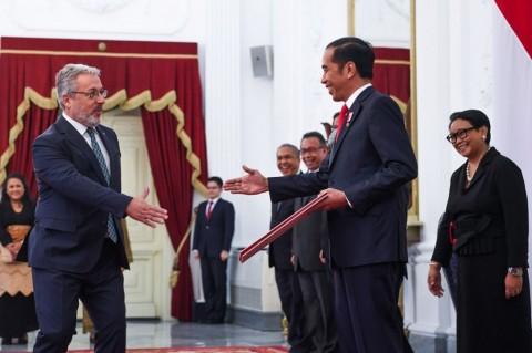 Jokowi Receives Credentials from 12 Ambassadors