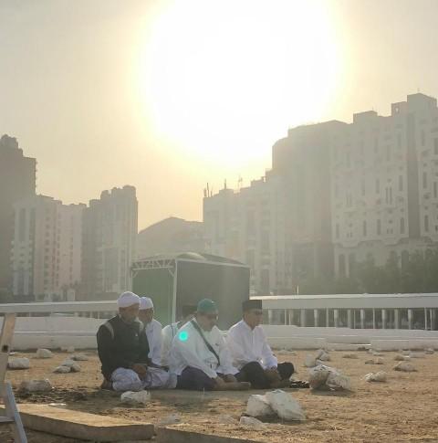 Keluarga Mbah Moen Ziarah ke Ma'la Makkah