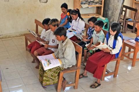 Siswa SD Filial Ini Belajar Tanpa Guru