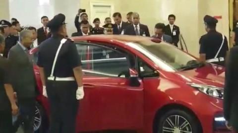 Tiba di Malaysia, Jokowi Disopiri Mahathir