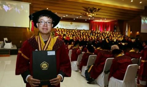 Masuk sebagai Mahasiswa Termuda, Lulus pun Paling Belia