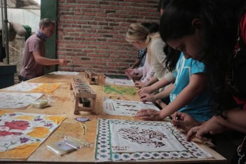 Pemuda Sembilan Negara Belajar Membatik di Bekasi