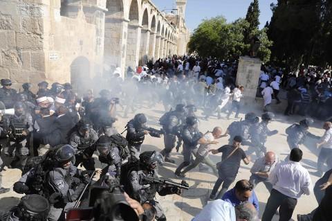 Iduladha, Polisi Israel dan Warga Palestina Bentrok di Al Aqsa
