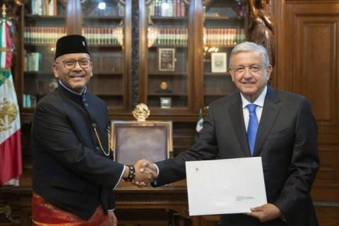 RI Ambassador Presents Credentials to Mexican President