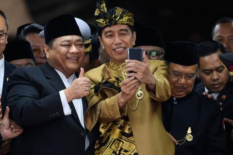 Anggota Dewan Berebut Selfie dengan Jokowi