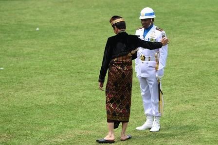Saat Jokowi Tepuk Pundak Komandan Upacara