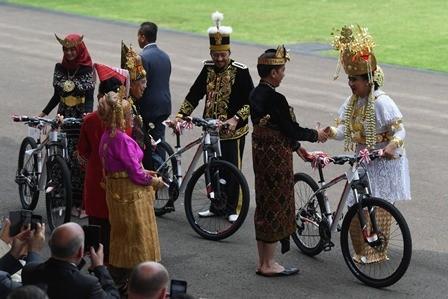 Jokowi Berikan Sepeda ke Istri Menhan