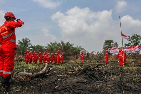 Anggota Manggala Agni Upacara HUT RI di Lokasi Karhutla