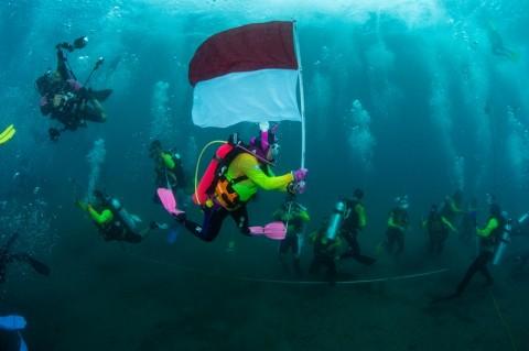 Wasi Pecahkan Rekor Kibarkan Merah Putih di Dasar Laut