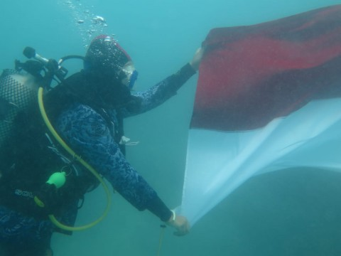 TNI AL Gelar Upacara HUT RI Bawah Laut di Perairan Banten