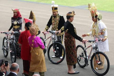 Lomba Busana Adat, Istri Menhan Dapat Hadiah Sepeda