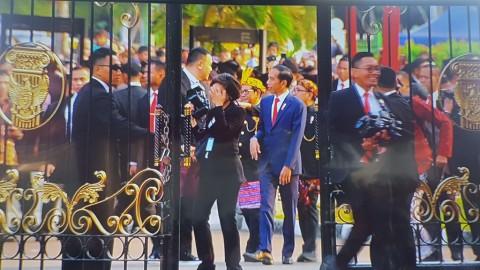 Presiden Sapa Warga Sebelum Upacara Penurunan Bendera