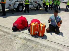 Sujud Syukur Jemaah Haji saat Pulang ke Tanah Air